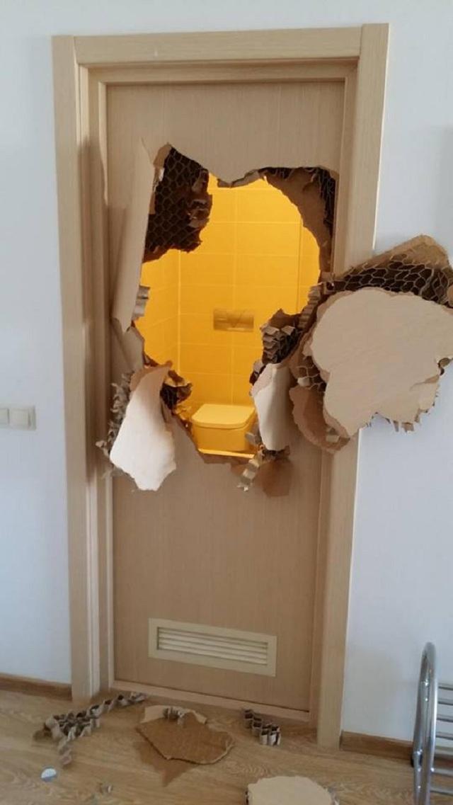 Как сделать сломанную дверь