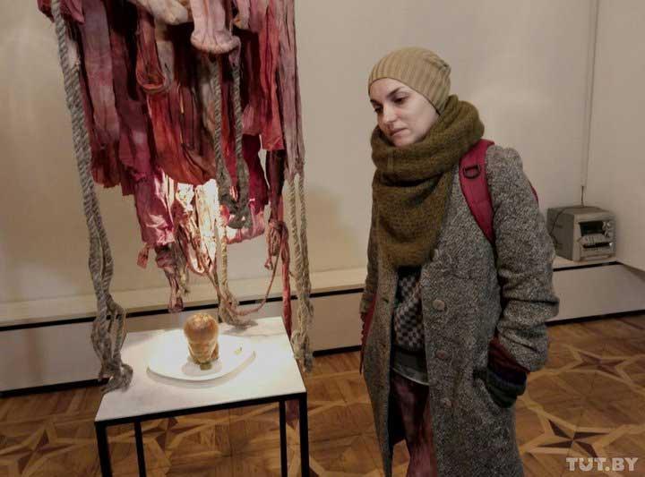 Белорусская художница приготовила холодец ввиде головы Ленина, вонзив внего нож