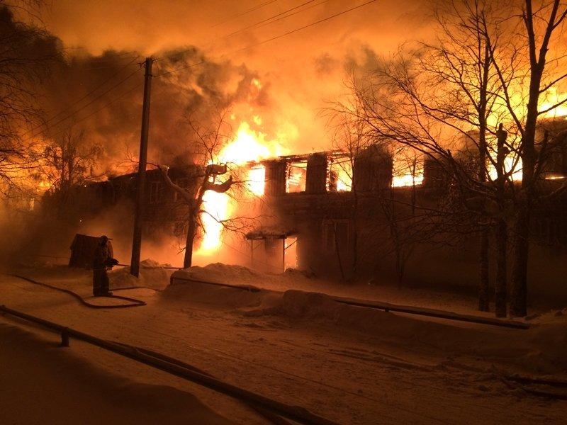 ВНефтеюганске пожар задва часа уничтожил дом из32 квартир