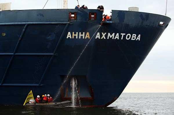«Зеленые пираты» на лодках у