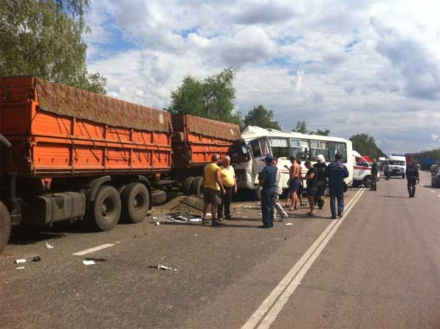 Под Воронежем автобус столкнулся сКамАЗом: один умер и13 пострадали
