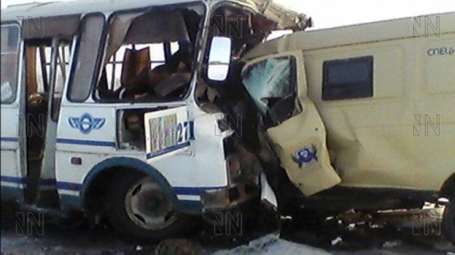 Натрассе автобус столкнулся смашиной инкассаторов: 4 человека погибли