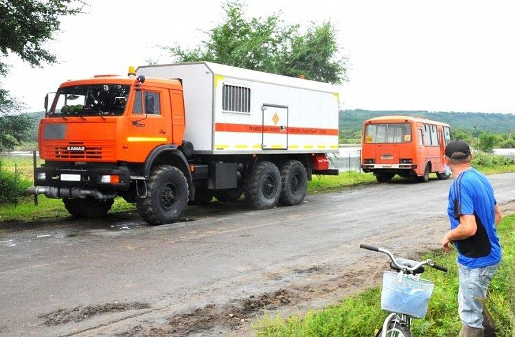 Приморские cотрудники экстренных служб эвакуируют граждан взатопленном дождями селе Светлое
