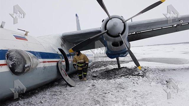 Самолет вЯкутске совершил посадку вне взлетно-посадочной полосы
