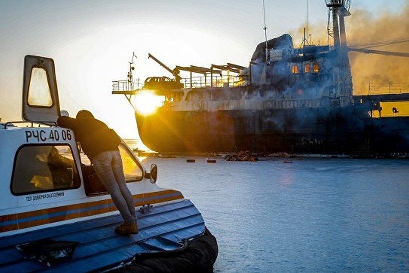 ВАмурском заливе здешние граждане распилили наметалл иподожгли заброшенное судно