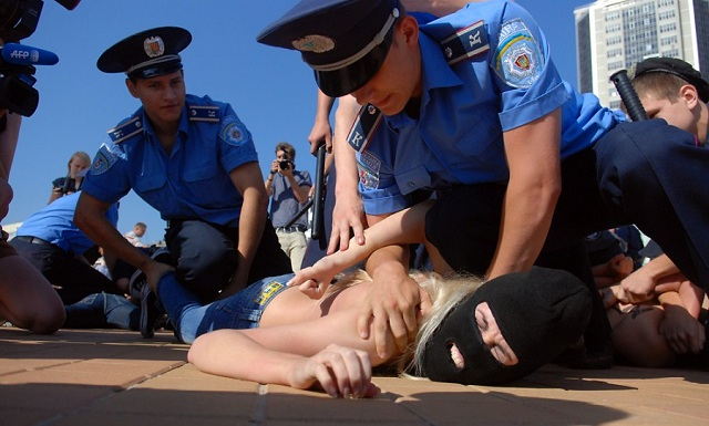 ����� ������: ���������� Femen ������� ��������� ����� �� ����-2012 � ����� ������� ''�������'' ��������� (�����, ����)