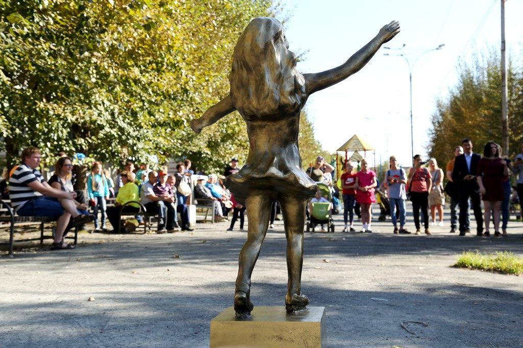 ВСвердловской области установили монумент отцам, бросающим детей. Через сутки его уничтожили