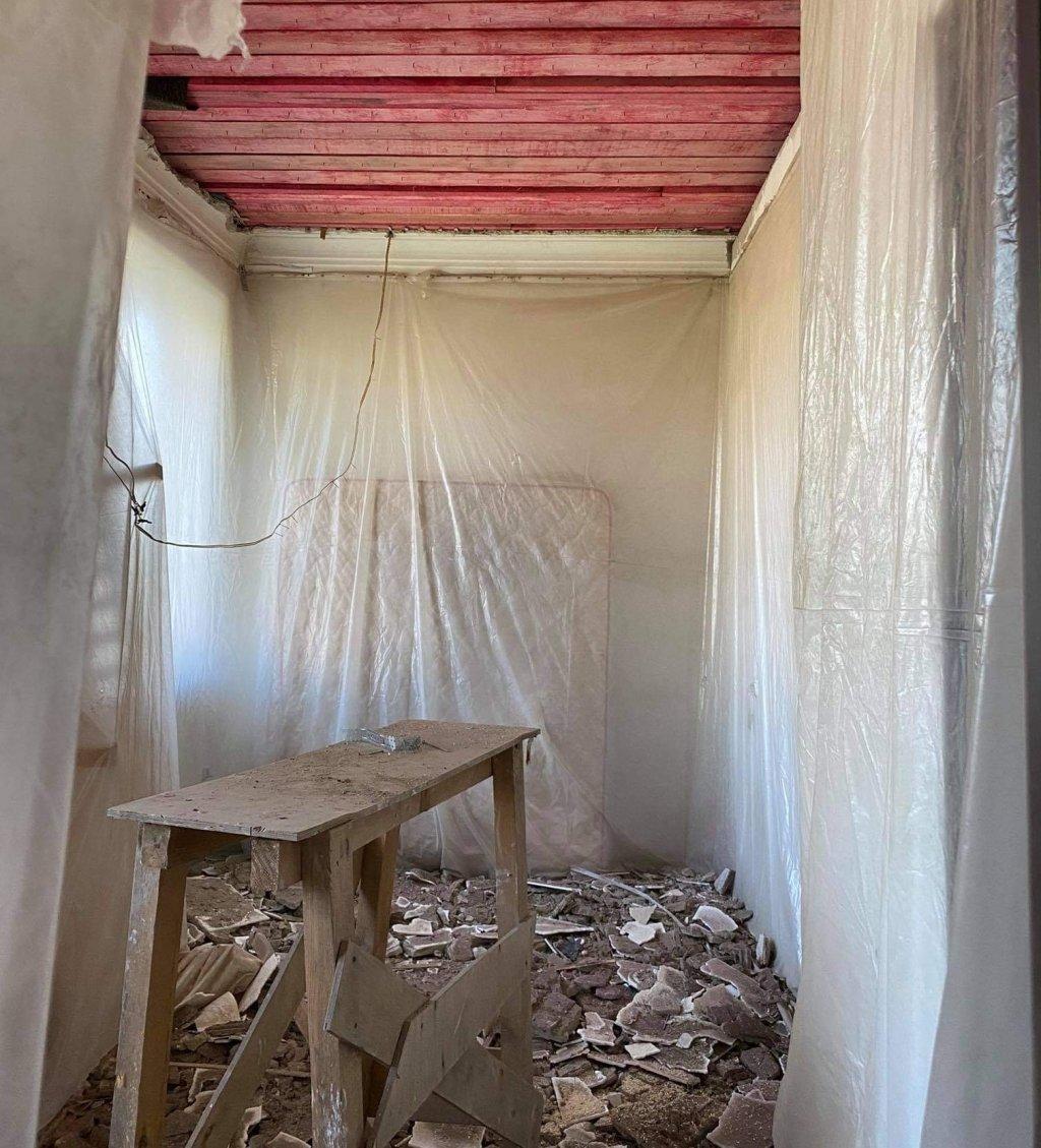 Екатеринбуржцы жалуются на подрядчиков капремонта: «Покрасил доску на чердаке, покурил, оставил бычок и пошел домой» (ФОТО)