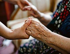 Минтруд хочет сэкономить на пособиях по уходу за инвалидами и пенсионерами