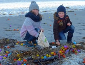 65bf10ee75130 На радость детям: тысячи киндер-сюрпризов и других игрушек выбросило на  побережье в Германии (ФОТО, ВИДЕО)