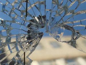 «Достали приезжие»: житель Севастополя выбил окно в здании правительства.Кандидат в губернаторы: