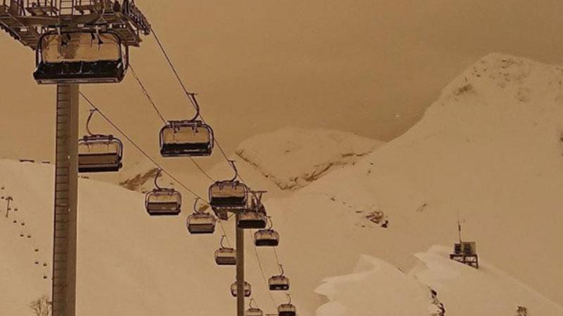 На Красной поляне в Сочи выпал оранжевый снег