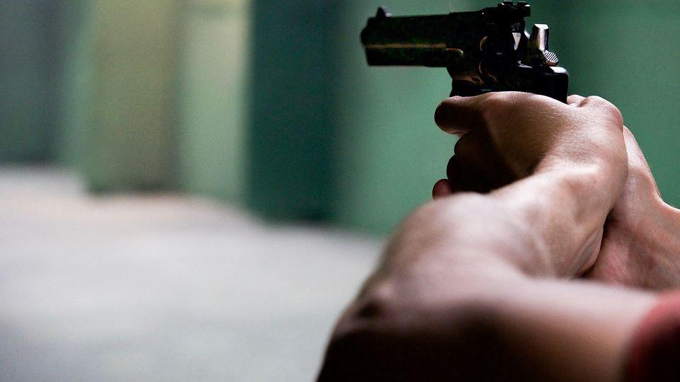 По Сургуту бегал мужчина с ножом в ягодице и стрелял из пистолета