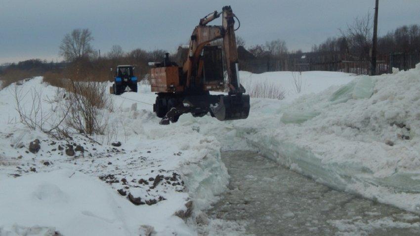 На свердловских реках начали пилить лед (ФОТО)
