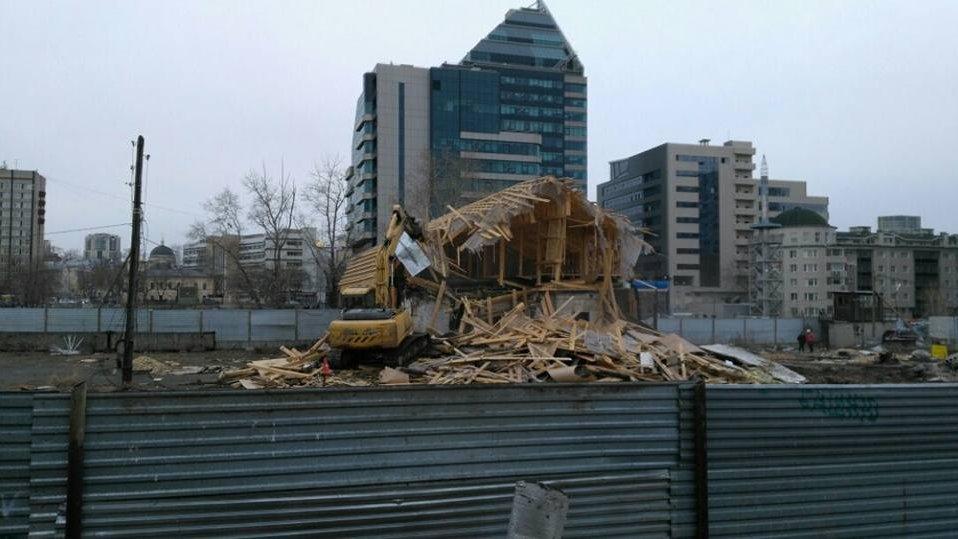 В Екатеринбурге сносят старый дом ради ледовой арены УГМК – общественники протестуют (ФОТО)