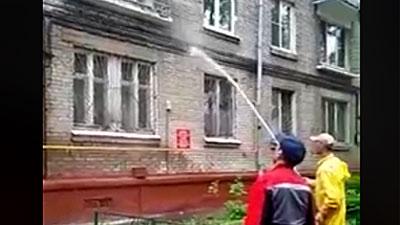 «Жилищник» буквально понял приказ мэрии Москвы: полил пятиэтажку из шланга (ВИДЕО)