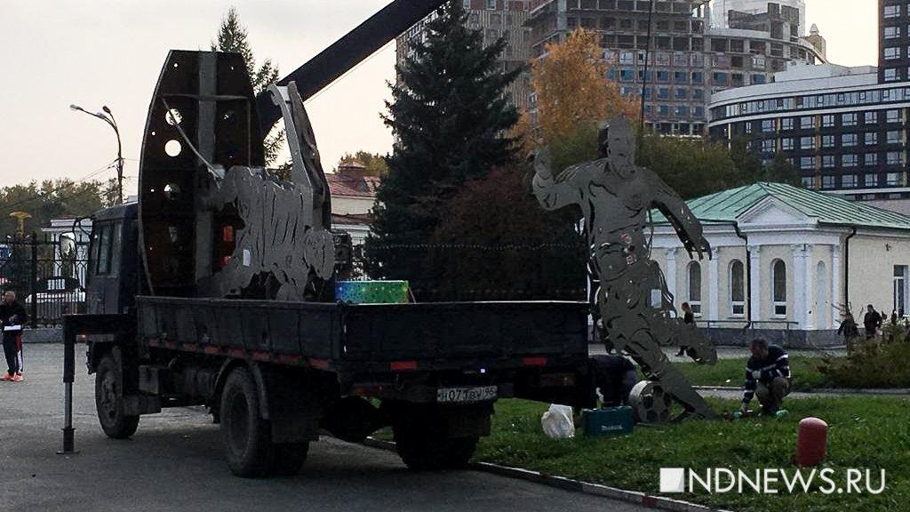 Неизвестные рабочие демонтировали железные скульптуры футболистов у ЦПКиО (ФОТО)