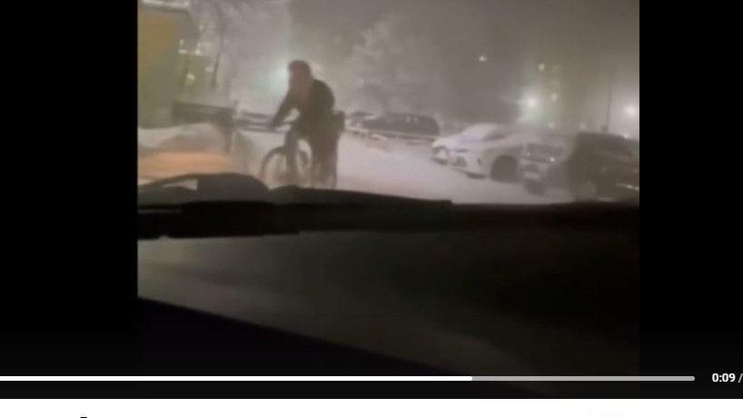 Велосипедисты в Ноябрьске ездят по улицам в 50-градусный мороз / 25 декабря 2020 | Ямал, Новости дня 25.12.20 | © РИА Новый День