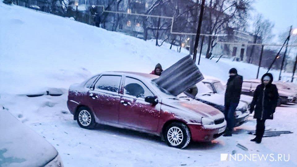 Во время капремонта с крыши сорвало кусок шифера. Он пробил машину насквозь (ФОТО)