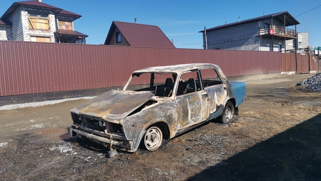 Водитель чуть не сгорел в машине, закурив рядом с канистрой бензина (ФОТО)
