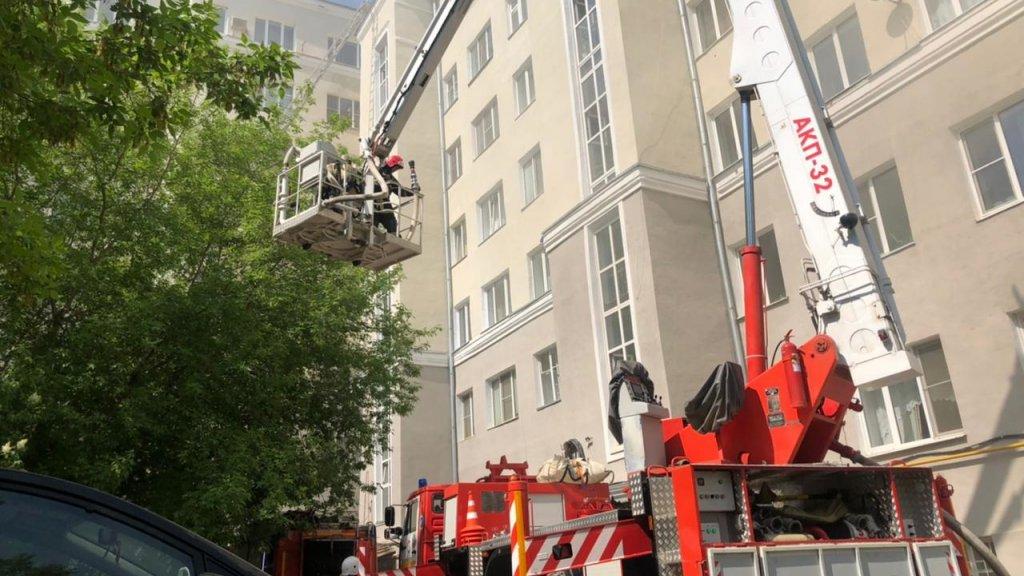 Из горящего дома в Екатеринбурге спасены два инвалида. Подтягиваются дополнительные силы (ФОТО)