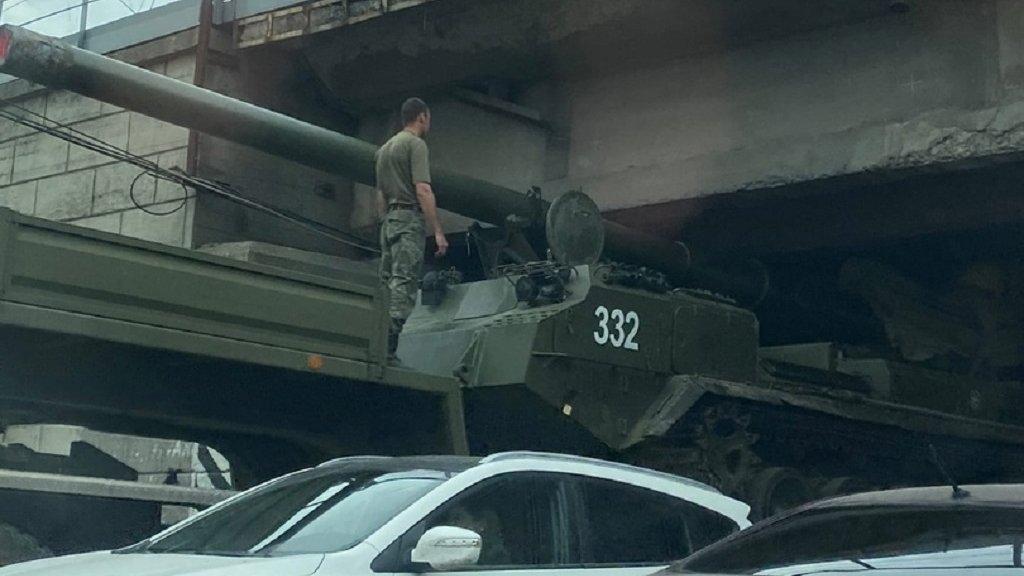 В Новосибирске самая мощная пушка застряла под мостом