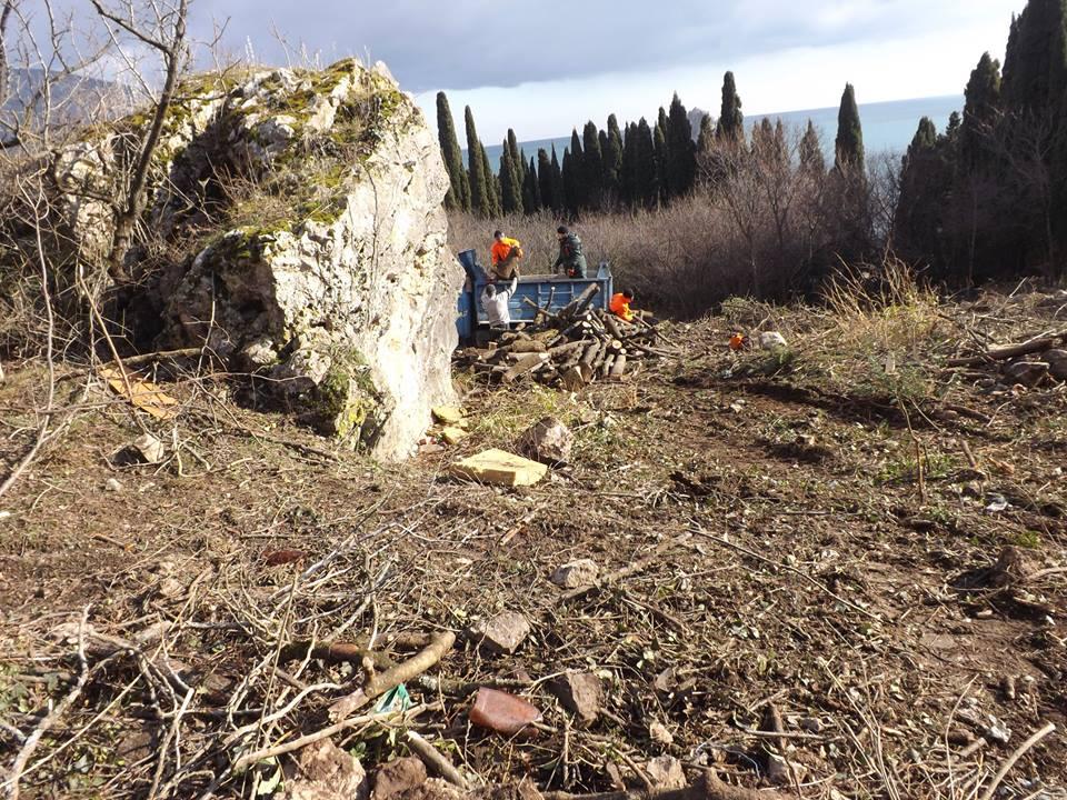 Новый День: Циничная реконструкция: руководство ''Артека'' разрушает мусульманское кладбище ради расширения