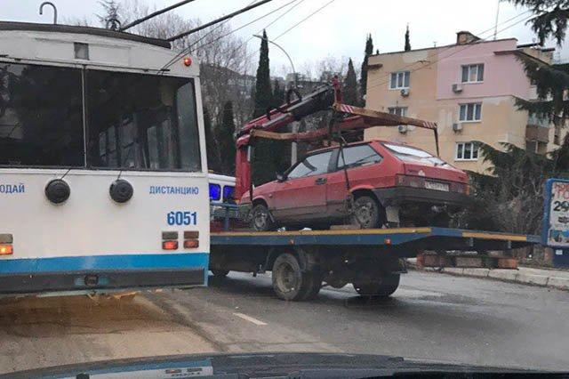 Новый День: ''Исчезают'' только недорогие: В Ялте эвакуаторы объявили войну ''народным'' автомобилям (ФОТО)