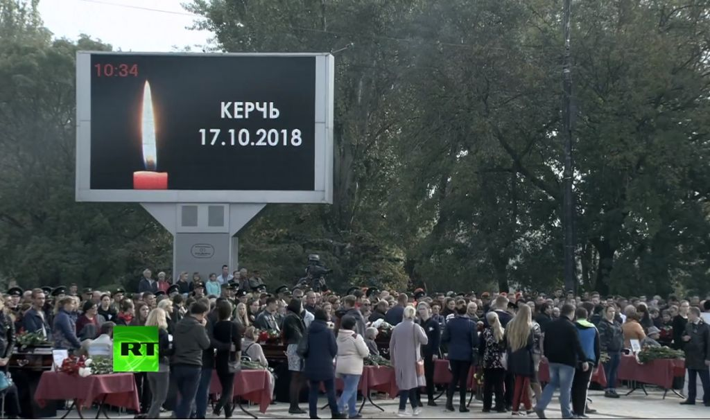 V Kerchi Tysyachi Lyudej Prishli Poproshatsya S Zhertvami Massovogo