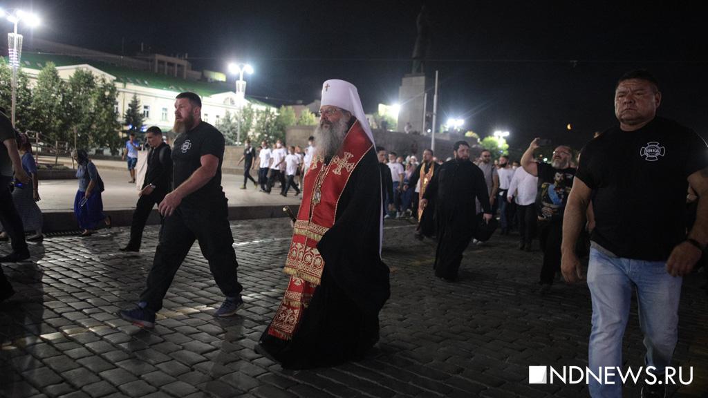 Местный митрополит Кирилл с православными телохранителями