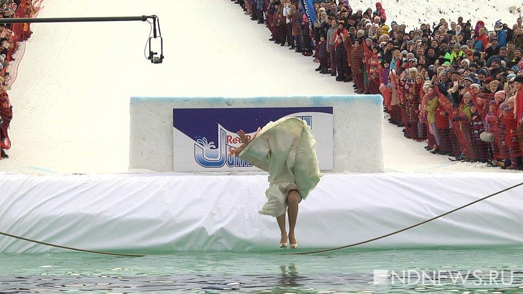 Новый День: Восставшая телебашня, сутенер верхом на динозавре и Бабки-ежки скатились с Уктуса в ледяной бассейн (ФОТО, ВИДЕО)